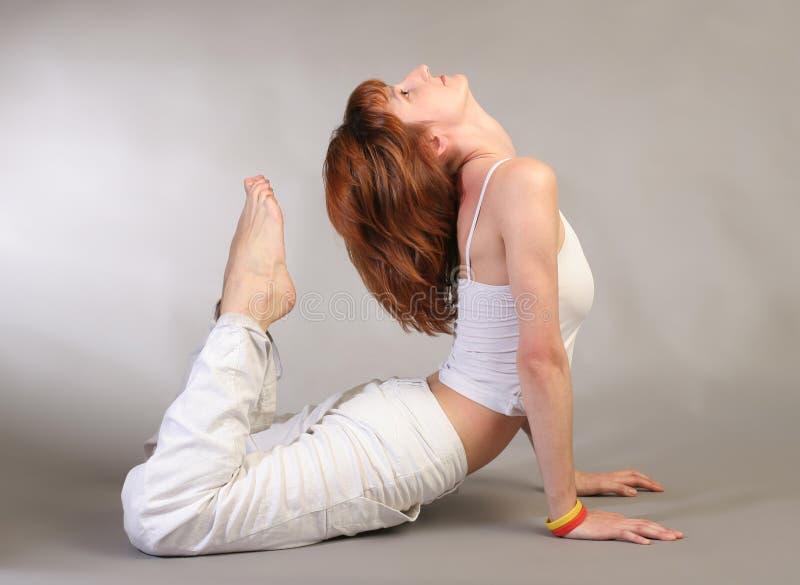Het praktizeren van het meisje yoga royalty-vrije stock foto