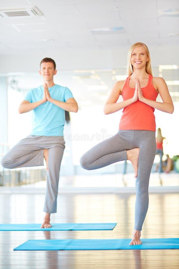 Het praktizeren Yoga stock fotografie