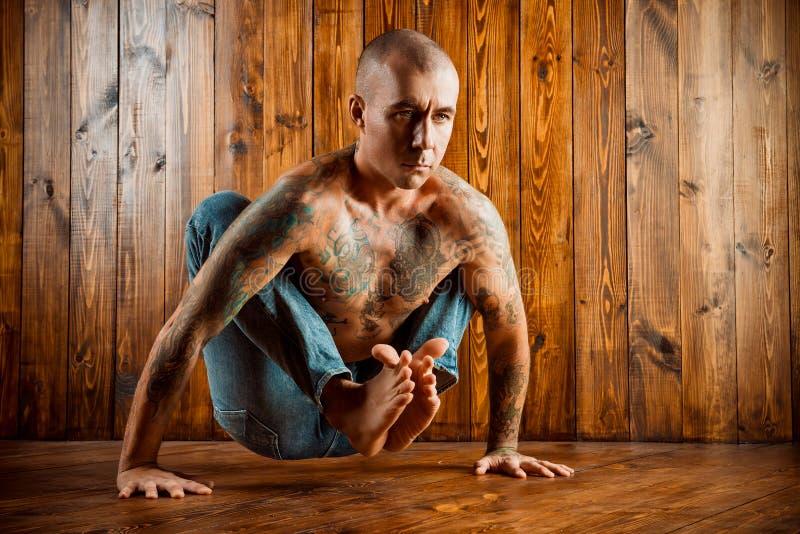 Het praktizeren Yoga stock afbeeldingen