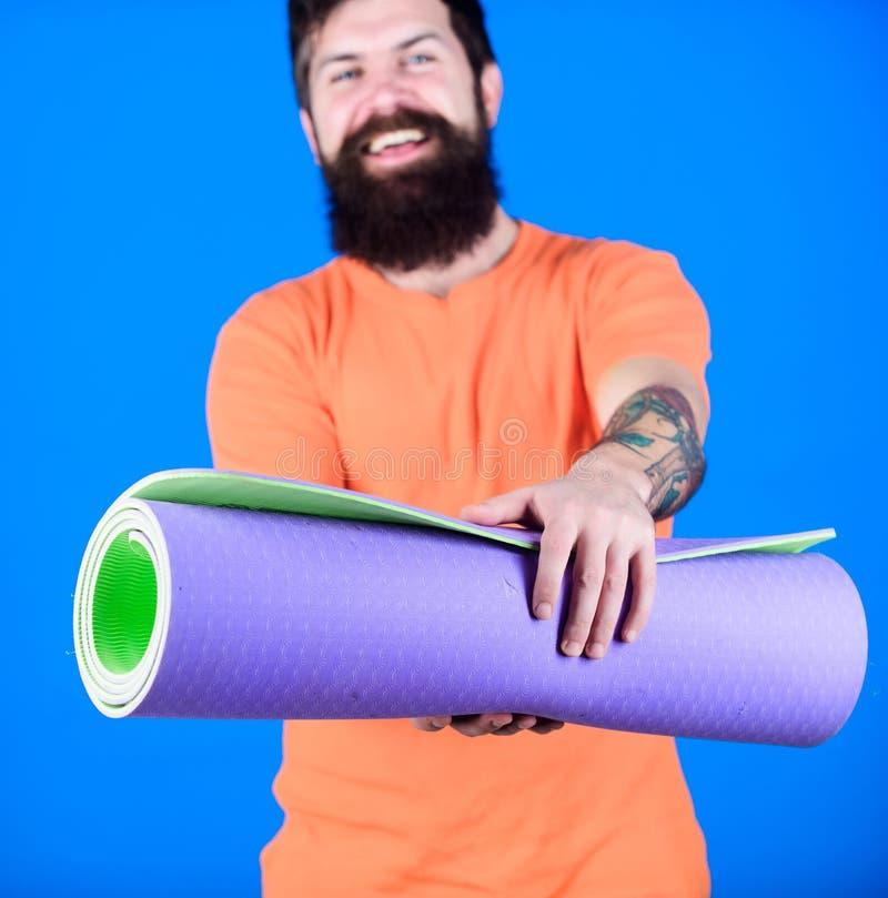 Het praktizeren yoga elke dag Mat van de de greepgeschiktheid van de mensen de gebaarde atleet Geschiktheid en het uitrekken zich stock foto