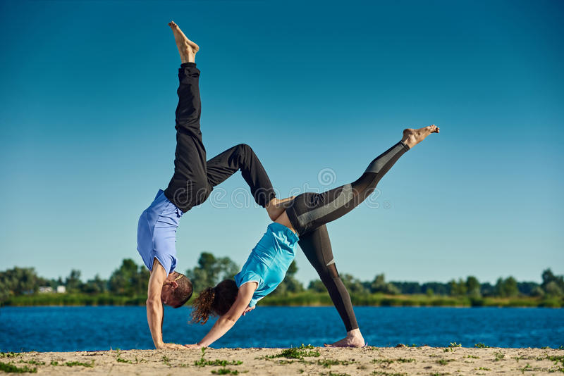 Het praktizeren yoga samen royalty-vrije stock foto