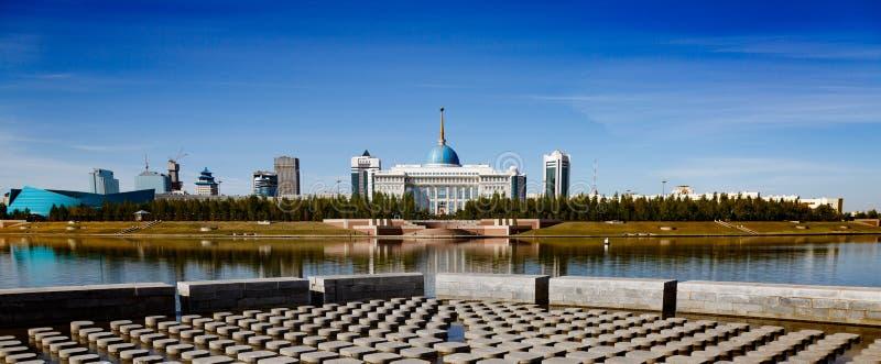 Het presidentieel paleis van Ak Orda, Kazachstan, Astana, zien uit de dijkdijk stock foto's