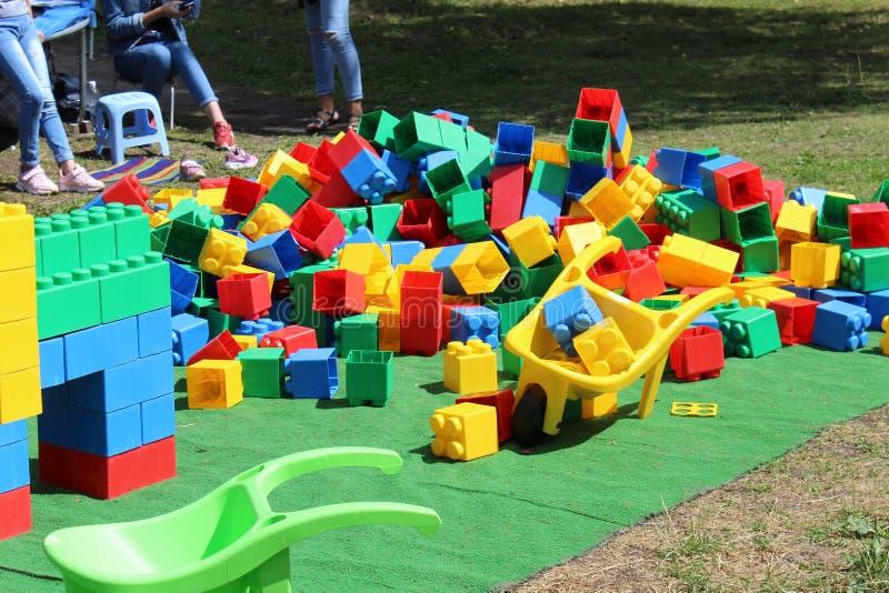 In het pretpark is er een plaats voor kleine kinderen om kubussen te verzamelen stock foto's