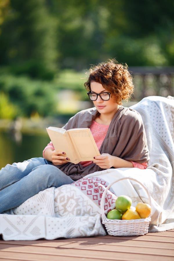 Het prettige boek van de meisjeslezing stock afbeeldingen