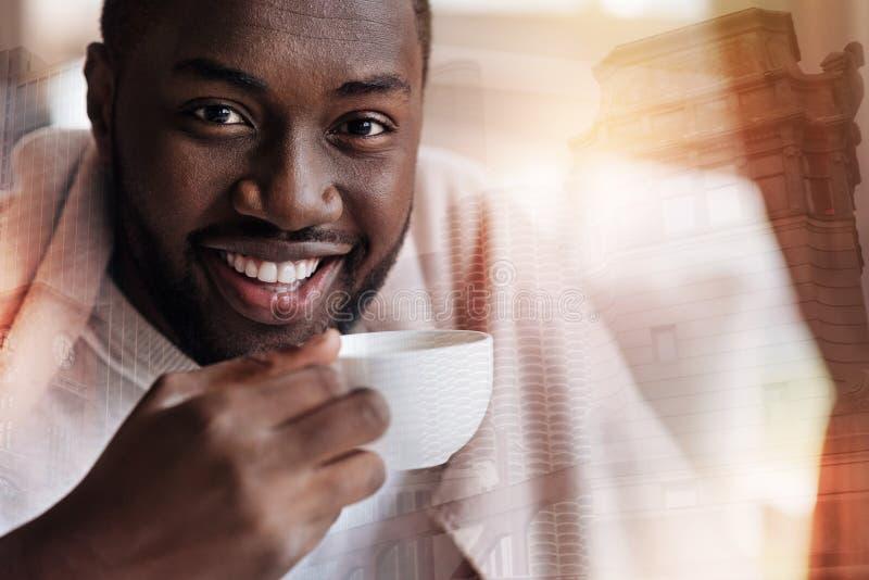 Het prettige jonge mensengevoel ontspande terwijl het drinken van thee stock afbeeldingen