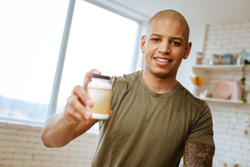 Het prettige jonge pak van de bodybuilderholding vitaminen ter beschikking royalty-vrije stock foto