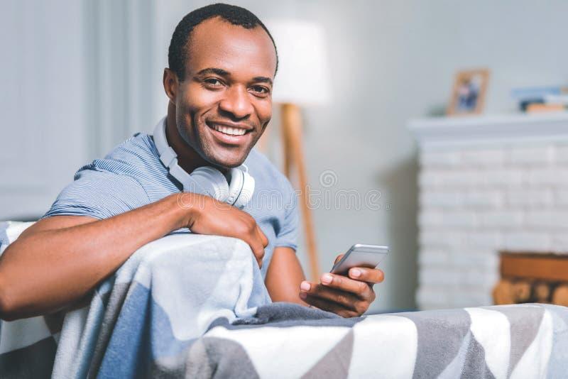 Het prettige kerel lachen stock foto