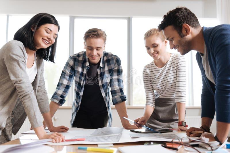 Het prettige team van Nice van ingenieurs die hun project bespreken royalty-vrije stock foto