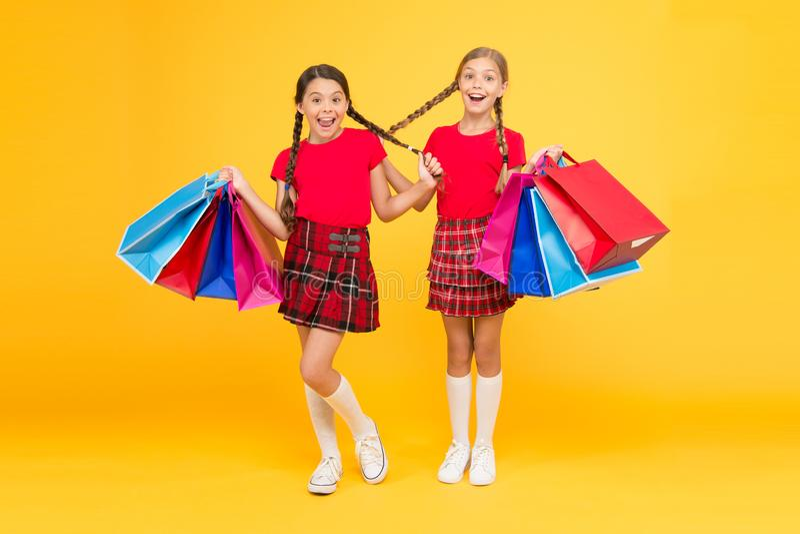 Het prettige winkelen aankoop Zwarte vrijdag De vakantie stelt voor Verkoop en korting Het shoping van meisjes gelukkige kinderen royalty-vrije stock foto's