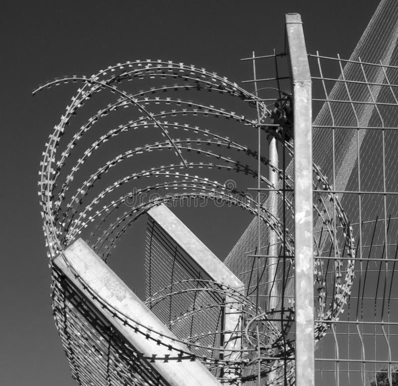 Het prikkeldraad is een type van staal schermende die draad met scherpe die randen of punten wordt geconstrueerd met intervallen  stock foto's