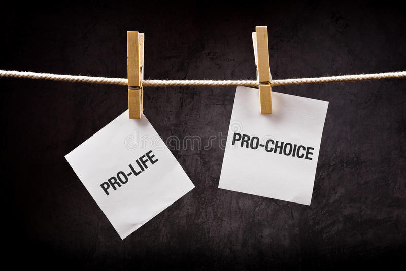 Het pro-leven versus pro-keus, abortusconcept royalty-vrije stock afbeeldingen