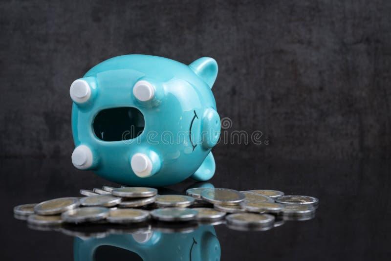 Het probleem van het besparingsgeld met leeg spaarvarken legt op donker zwart lusje royalty-vrije stock foto's