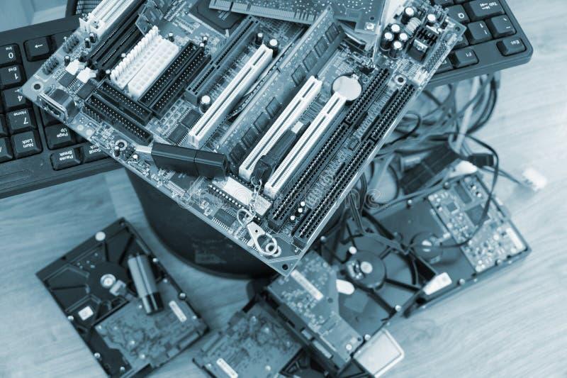 Het probleem van modern-elektronische troep, motherboards, schijven en o stock fotografie