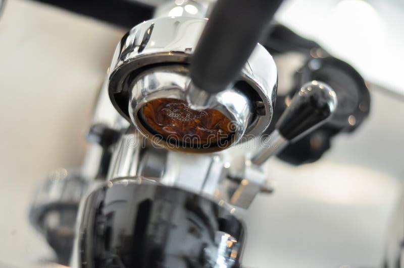 Het procédé van de koffieextractie van professionele espressomachine royalty-vrije stock fotografie
