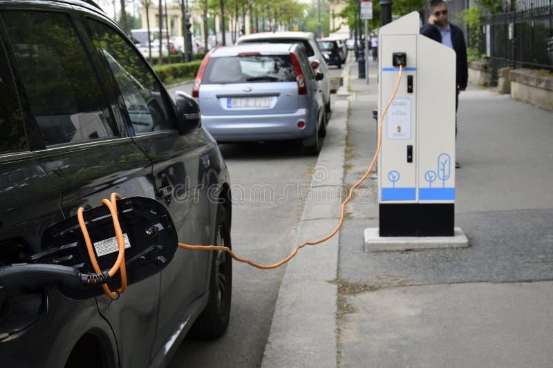 Het proces om een elektrische auto te laden royalty-vrije stock foto