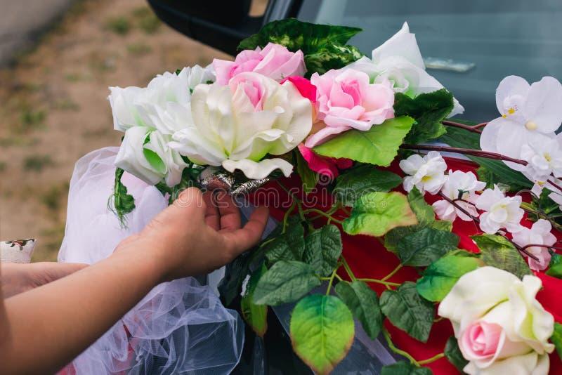 Het proces om een huwelijksauto met kunstbloemen en gordijn te verfraaien royalty-vrije stock afbeeldingen