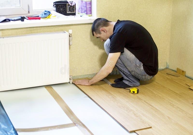 Het proces om gelamineerde houten op de vloer te installeren royalty-vrije stock fotografie