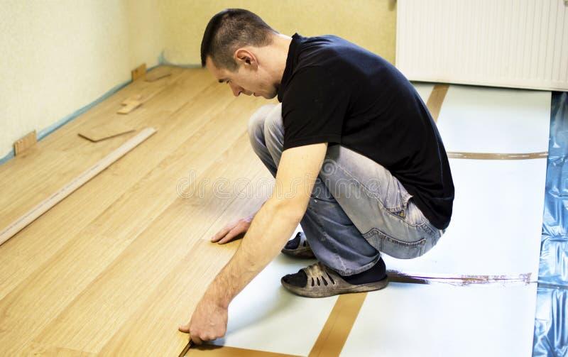 Het proces om gelamineerde houten op de vloer te installeren royalty-vrije stock foto