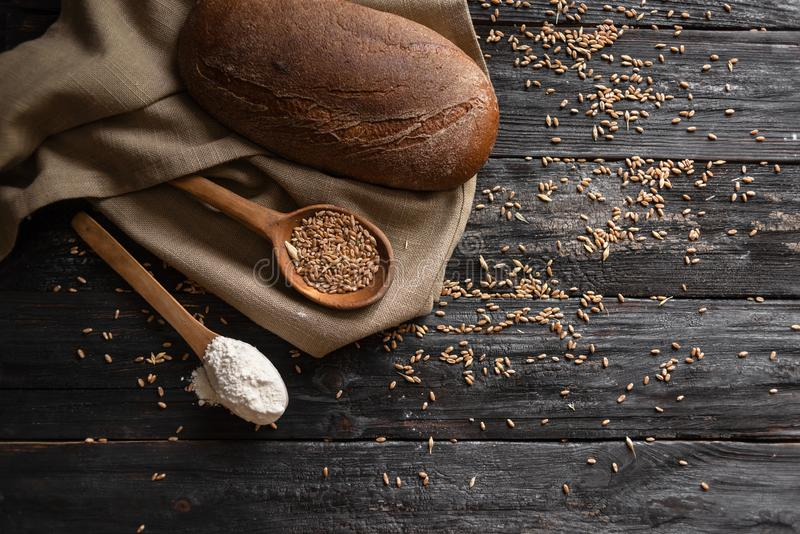 Het proces om korrels van heerlijk brood te maken Tarwe op een houten lijst stock afbeelding