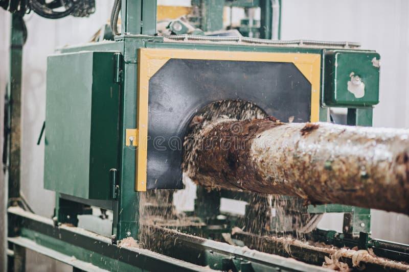 Het proces om machinaal te bewerken opent een machine het programma stock afbeeldingen