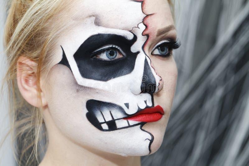 Het proces om make-up voor Halloween te creëren royalty-vrije stock fotografie