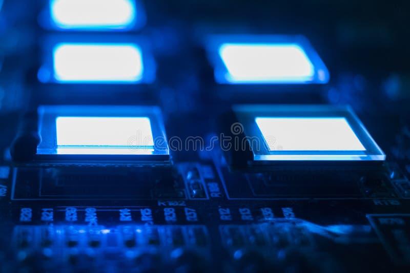 Het proces om verscheidene te controleren oled vertoningen op de testpost Blauwe de kleuren dichte omhooggaand van de vertoningen royalty-vrije stock fotografie