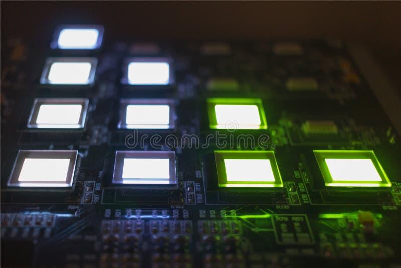 Het proces om verscheidene te controleren oled vertoningen op de testpost Vertoningengloed helder van groene en witte kleuren dic stock foto's