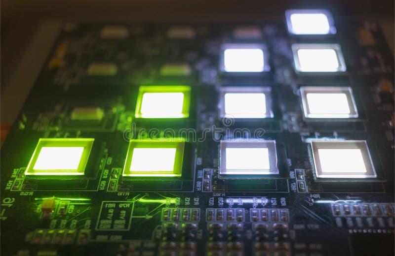 Het proces om verscheidene te controleren oled vertoningen op de testpost Vertoningengloed helder van groene en witte kleuren dic royalty-vrije stock foto