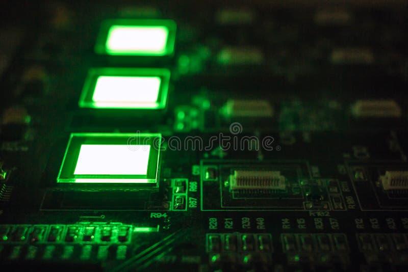 Het proces om verscheidene te controleren oled vertoningen op de testpost Vertoningengloed helder van groene kleuren dichte omhoo stock afbeeldingen