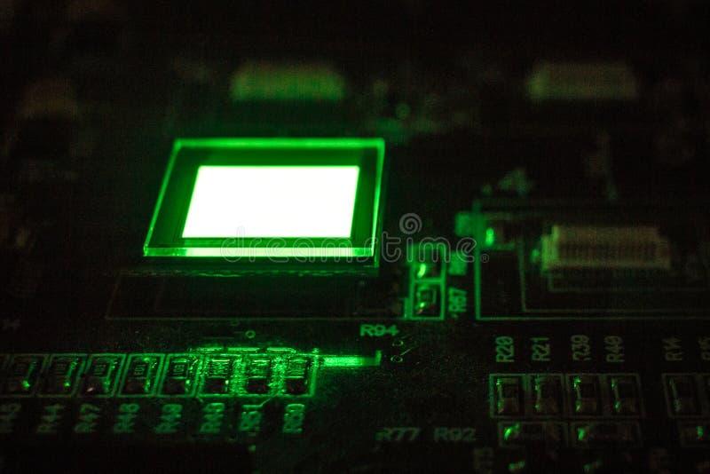 Het proces om verscheidene te controleren oled vertoningen op de testpost Vertoningengloed helder van groene kleuren dichte omhoo royalty-vrije stock fotografie
