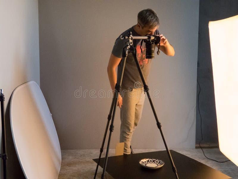 Het proces van foto die in studio schieten stock foto