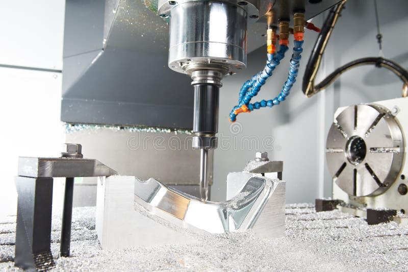 Het proces van het close-up van metaal die door molen machinaal bewerken