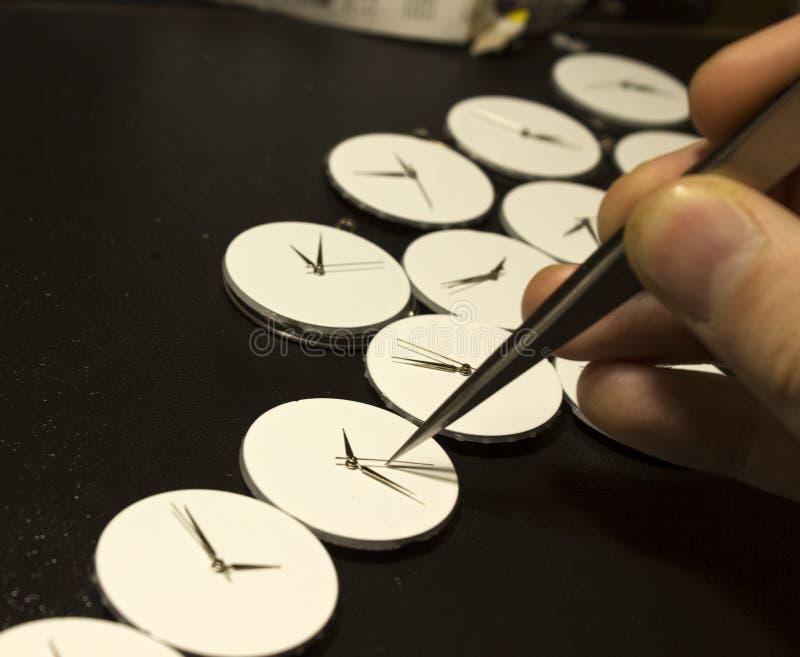 Het proces van reparatie mechanische horloges stock afbeelding