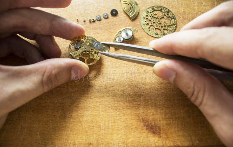 Het proces van reparatie mechanische horloges stock foto