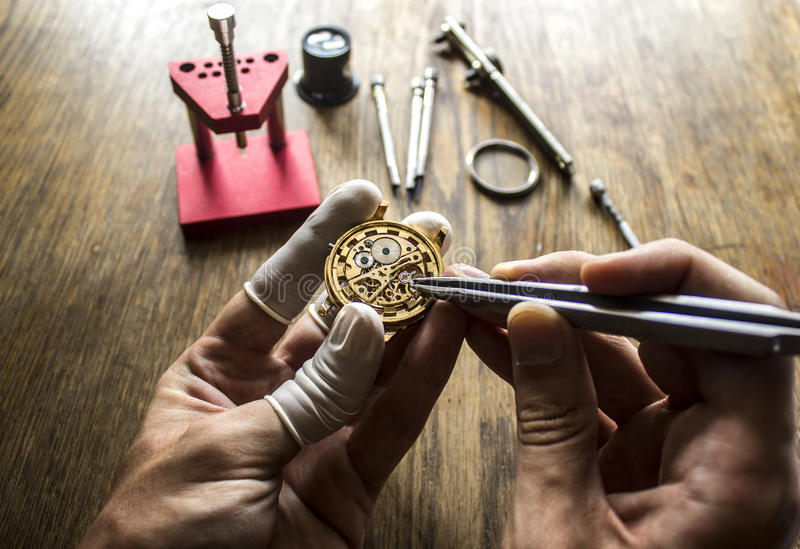 Het proces van reparatie mechanische horloges stock fotografie