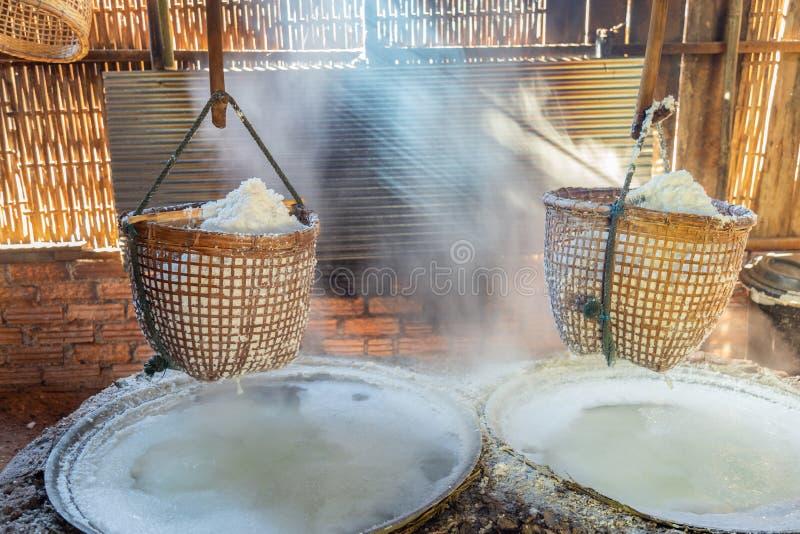 Het proces van het rotszout met oude methode voor kokende pekel in zout royalty-vrije stock afbeeldingen
