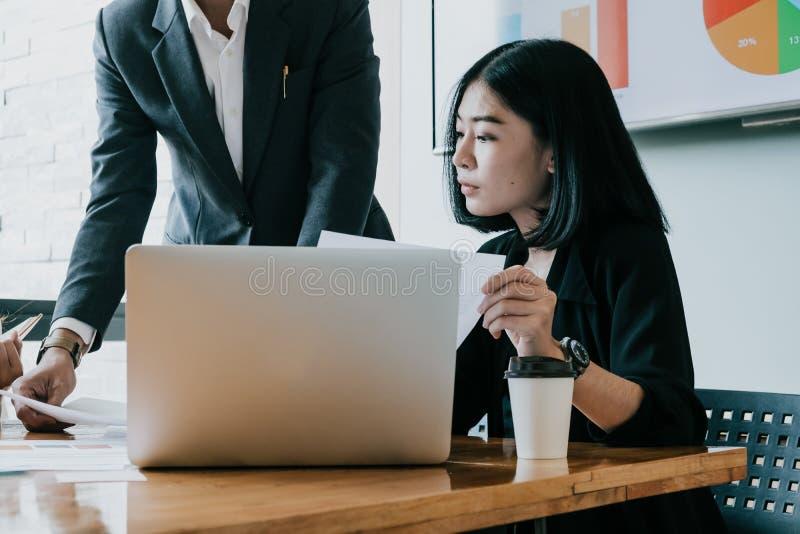 Het proces van het teamwerk Bedrijfsvrouw met laptop in open plekoffi stock afbeelding