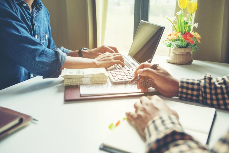 Het proces van het teamwerk, jonge bedrijfsleidersbemanning die nieuw startproject werken royalty-vrije stock afbeeldingen