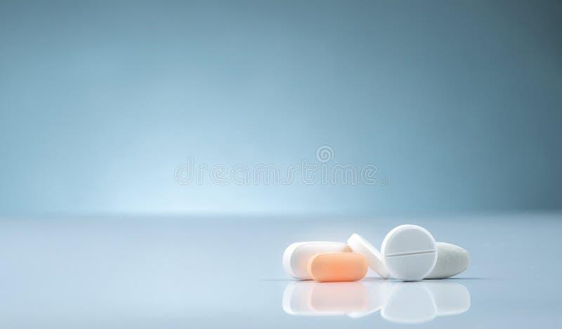Het product van de apotheekdrogisterij Stapel van oranje en witte tablettenpil op gradiëntachtergrond Verschillende grootte en vo royalty-vrije stock foto