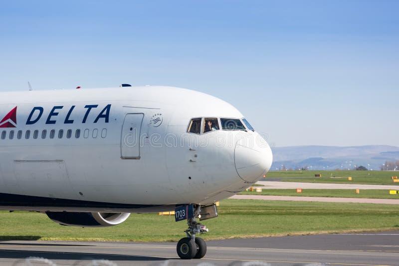 Het proef golven van Delta Airlines aan toeschouwers bij de Luchthaven het UK van Manchester royalty-vrije stock afbeeldingen