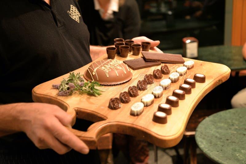 Het proeven van de chocolade Gastronomische kwaliteitssnoepjes stock afbeelding