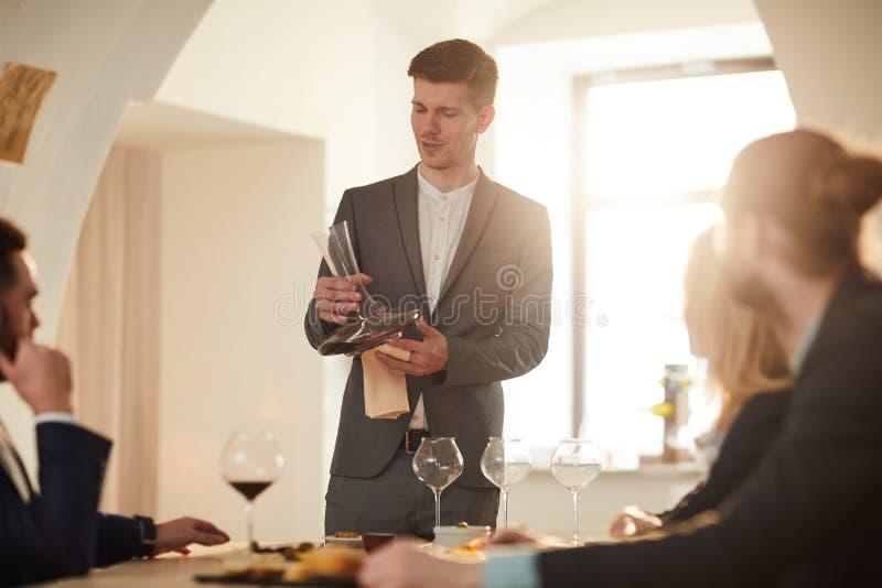 Het proeven Zitting bij Wijnmakerij royalty-vrije stock afbeeldingen