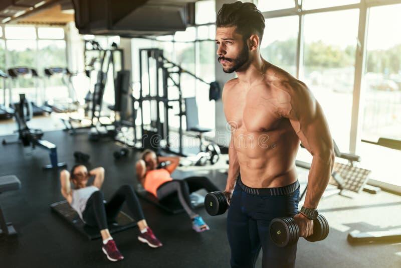 Het professionele bodybuilder uitwerken royalty-vrije stock afbeeldingen