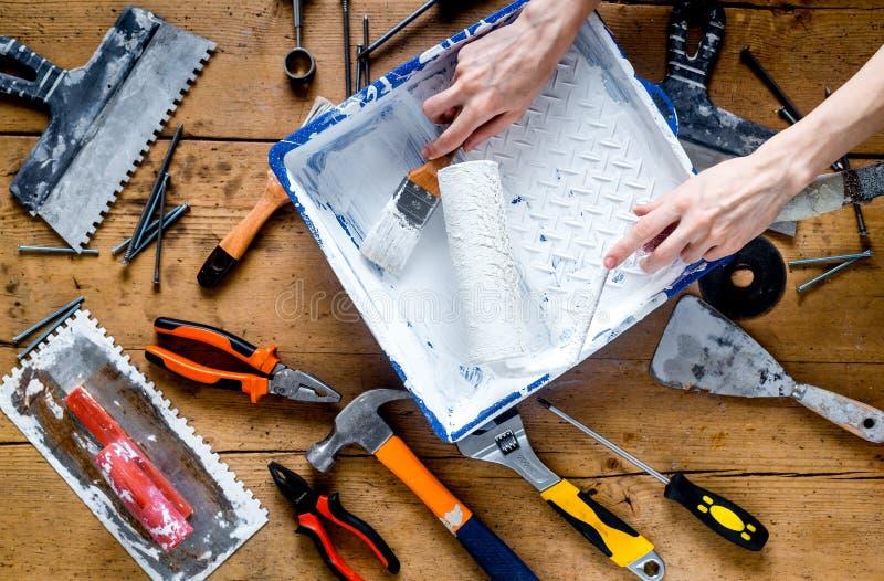 Het professionele bouwerswerk met de instrumenten van de huisvernieuwing op houten hoogste mening als achtergrond royalty-vrije stock fotografie