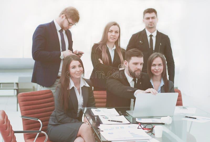 Het professionele commerciële team treft voorbereidingen om een bedrijfspresentatie te beginnen stock afbeelding
