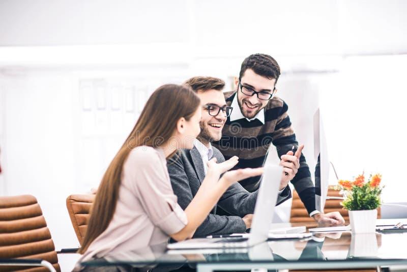 het professionele commerci?le team ontwikkelt een nieuw project, zittend achter een Bureau in een modern bureau stock afbeeldingen