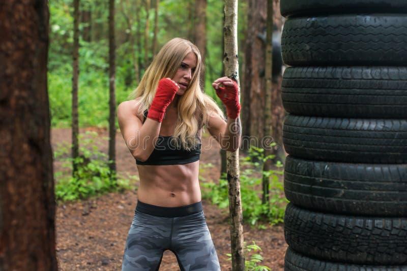Het professionele de vechter van de vrouwenbokser stellen in het in dozen doen houding, die in openlucht uitwerken royalty-vrije stock foto