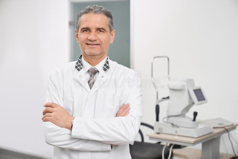 Het professionele doctort stellen in medische ruimte van kliniek royalty-vrije stock fotografie