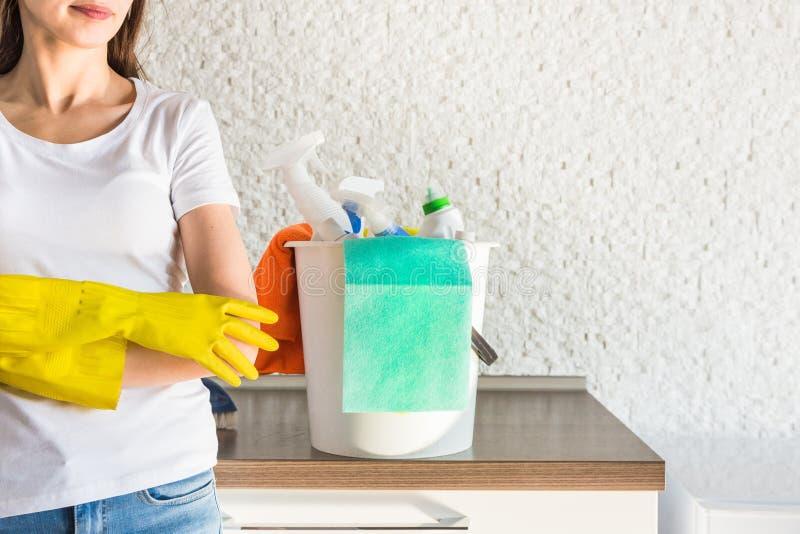 Het professionele huis schoonmaken Een jonge vrouw maakt de flat schoon Close-up, vodden, sponsen en emmer, leveringspersoneel stock foto