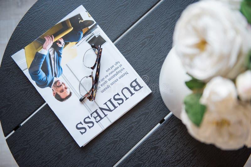 Het professionele tijdschrift is op bureau in bureau stock afbeelding
